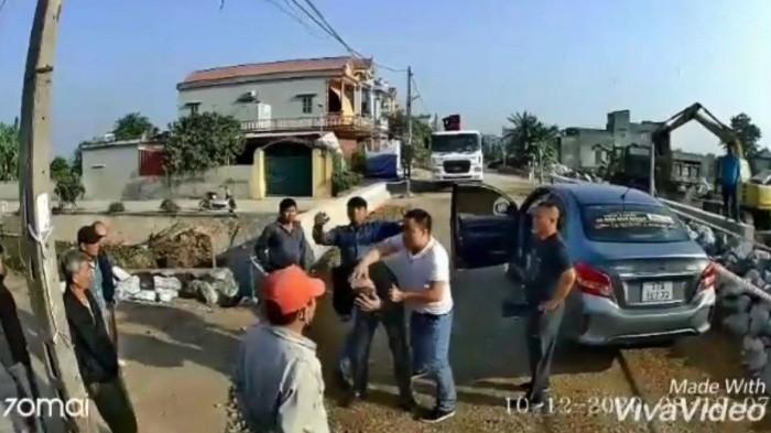 Chu xe khach Thai Binh bi nhom con do chan xe, hanh hung da man