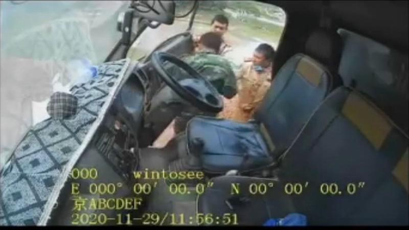 3 CSGT o Bac Giang danh, chui lai xe bi chuyen cong tac khac