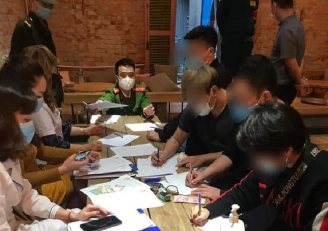 Khong deo khau trang, chu quan va 30 khach uong cafe bi phat 60 trieu