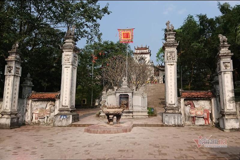 Mau thuan khi di le, co gai chui boi, lot do truoc cong den Cuong-Hinh-2