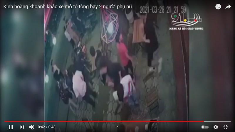 Video: Kinh hoang khoanh khac xe mo to tong bay 2 nguoi phu nu