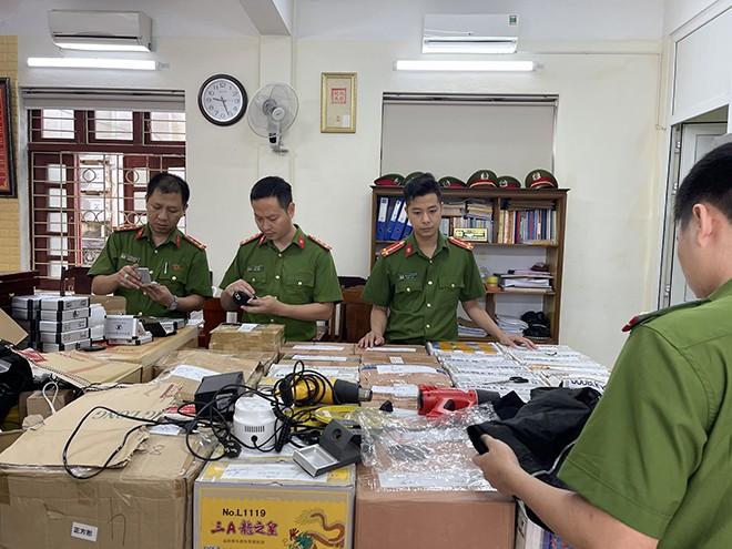 Bat 2 vo chong buon hang nghin dung cu