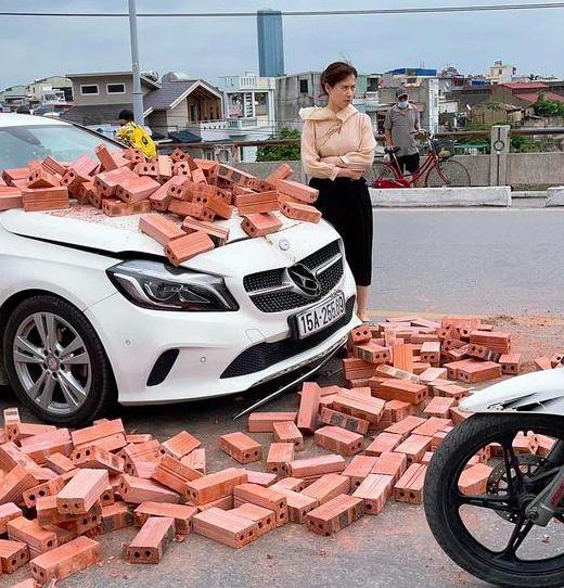 Chu xe Mercedes bi xich lo cho gach dam trung: Khong co y bat den