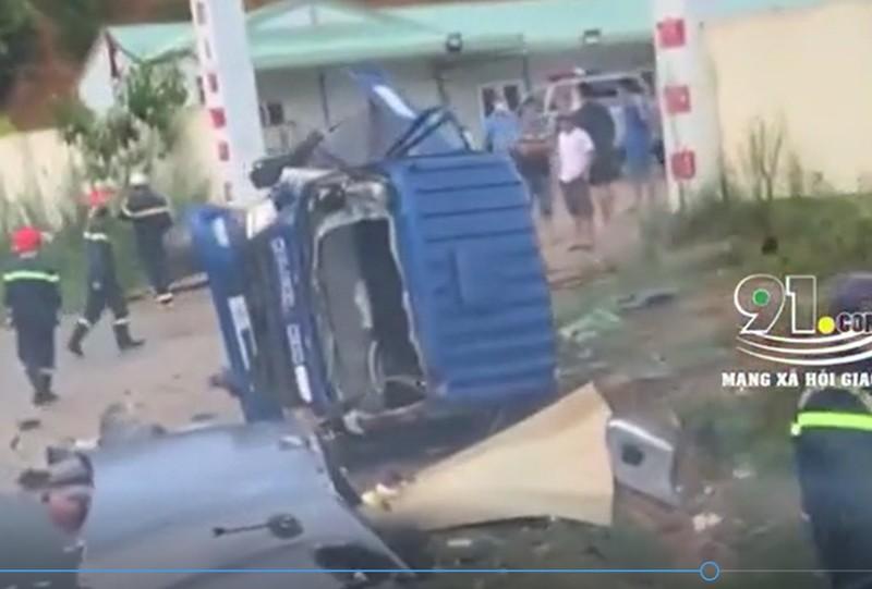 Video: Kinh hoang canh container vuot au, dam nat xe tai o Lang Son