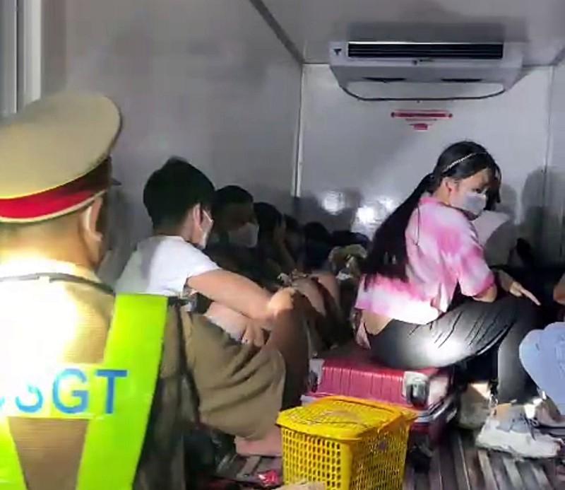 15 nguoi co ca tre em trong thung xe dong lanh 'thong chot'-Hinh-2