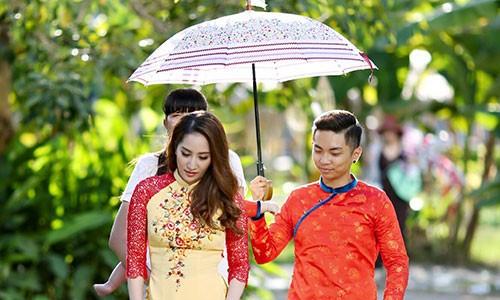 Khanh Thi Phan Hien bat hoa hay chieu tro PR