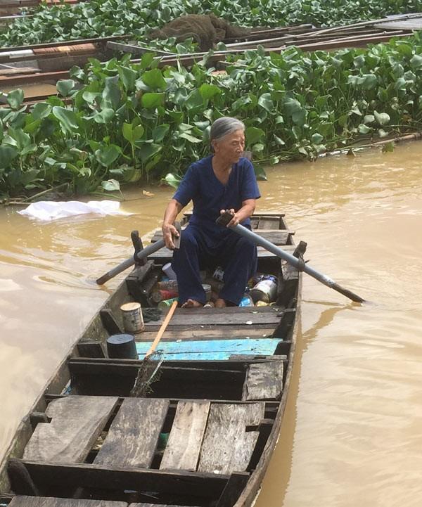 Xuc dong chuyen tinh ong ba U90 nhat phe lieu tren song-Hinh-2