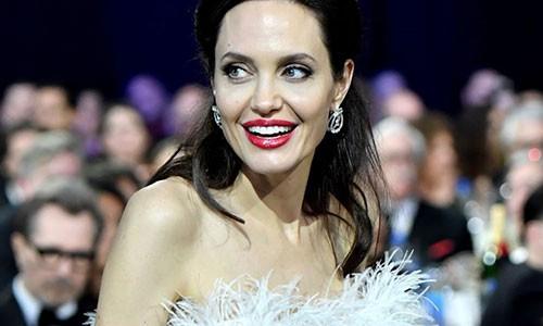 Bao Australia dua tin Angelina Jolie sap cuoi ban trai ty phu