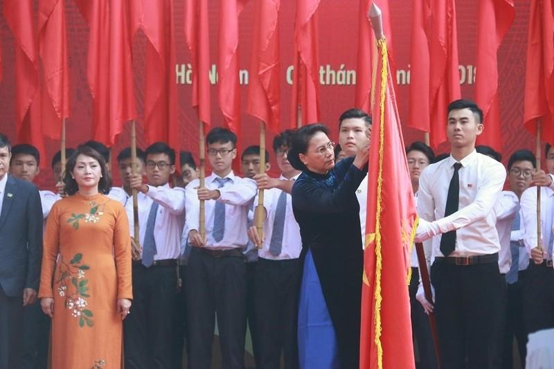 Chu tich Quoc hoi trao HC Doc lap hang Ba cho ngoi truong 110 tuoi-Hinh-2