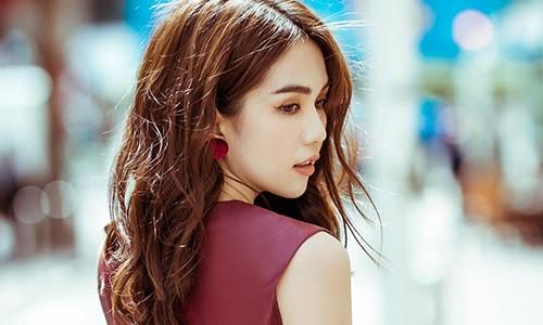 "Ngoc Trinh ""khoe than"" tai Cannes: Lieu co can tai, song bang scandal?"