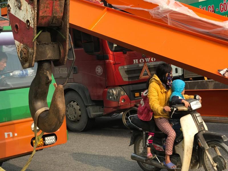 "Xe may ""gam"" dau container, hang tan sat lao qua cabin-Hinh-6"