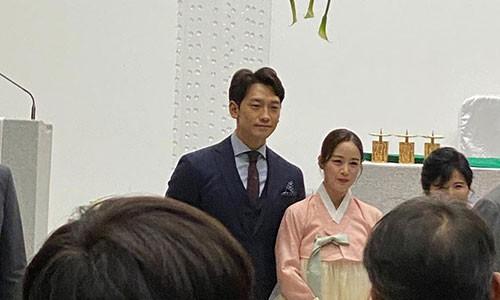 Lo hinh anh hiem hoi cua Bi Rain va Kim Tae Hee trong dam cuoi em trai