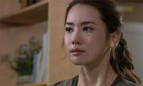Me chong nem chiec ao toi tang xuong lam gie lau chan