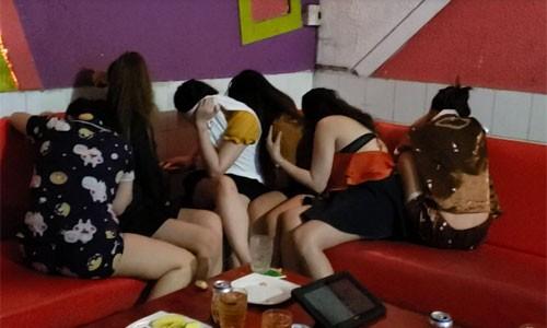 """Cong an Dong Nai triet pha tu diem karaoke """"om"""" khoa than"""