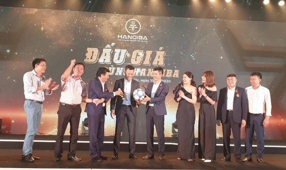Shark Vuong ban dau gia ao dau cua Van Hau, Duc Chinh, thu 300 trieu-Hinh-2