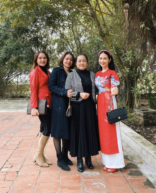 Pham Huong va con trai du xuan ben sieu xe-Hinh-3