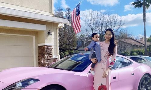 Pham Huong va con trai du xuan ben sieu xe
