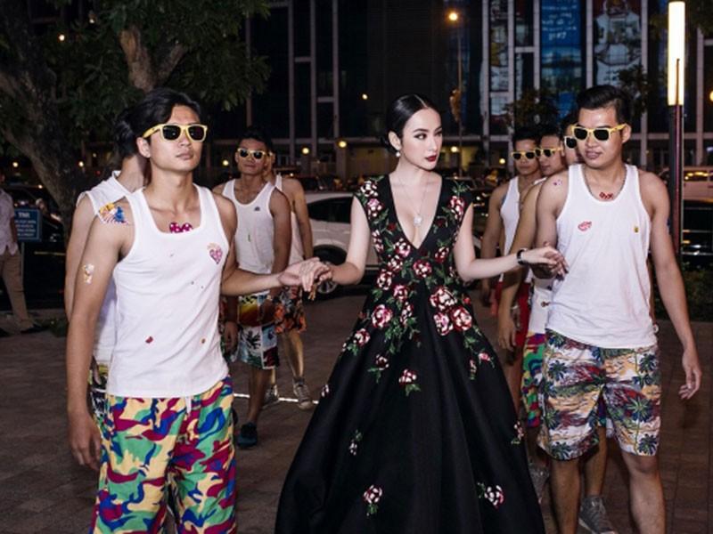 Lam Khanh Chi lo tren tham do, loat sao gay cuoi bi nem da-Hinh-10
