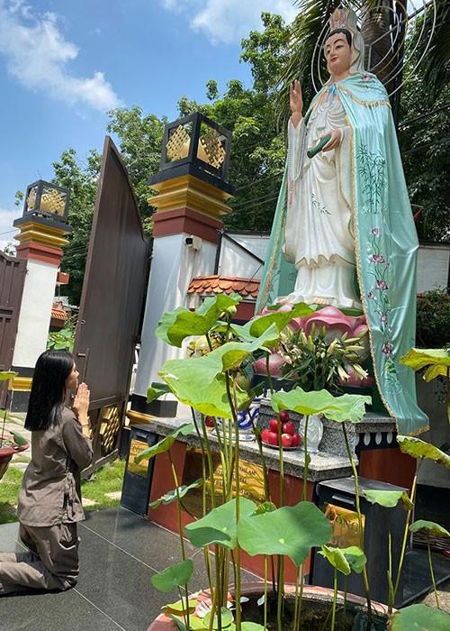 Jolie Nguyen lo ve tieu tuy khi di chua cau an sau on ao-Hinh-2
