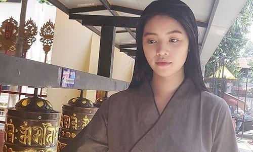 Jolie Nguyen lo ve tieu tuy khi di chua cau an sau on ao