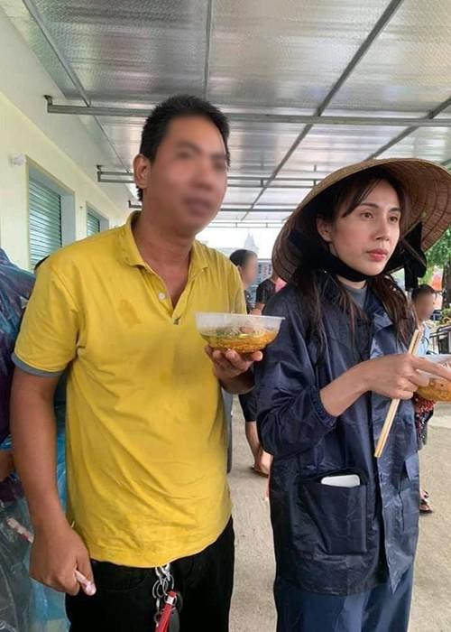 Xuc dong canh Thuy Tien an voi, tay nhan nheo khi di tu thien-Hinh-2