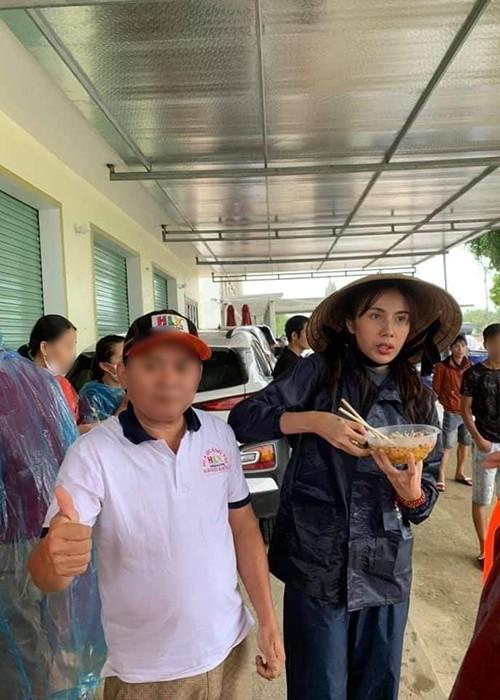 Xuc dong canh Thuy Tien an voi, tay nhan nheo khi di tu thien-Hinh-3