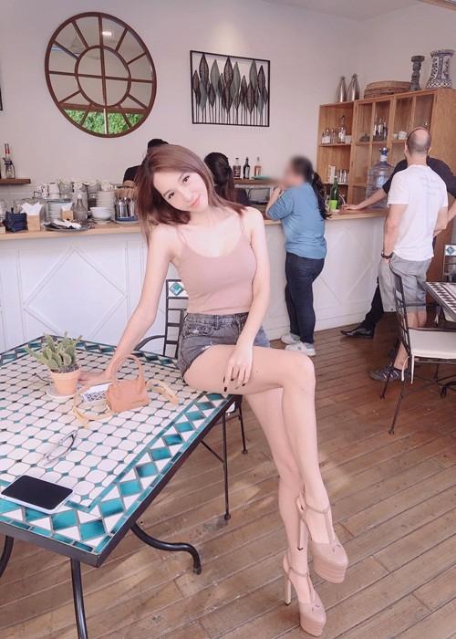 Duong cong goi cam cua Emily dong MV co ca tu nhay cam-Hinh-3