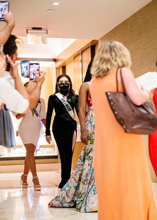 Khanh Van dien trang phuc ruong bac thang o Miss Universe 2020-Hinh-6