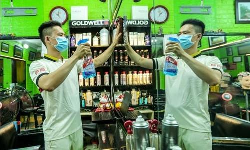Video: Nguoi Thu do don dep hang quan xuyen dem de don khach tro lai