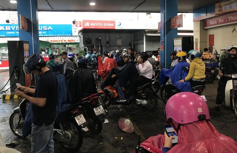 TP HCM: Mua lon, 17h chieu troi bong toi sam-Hinh-3