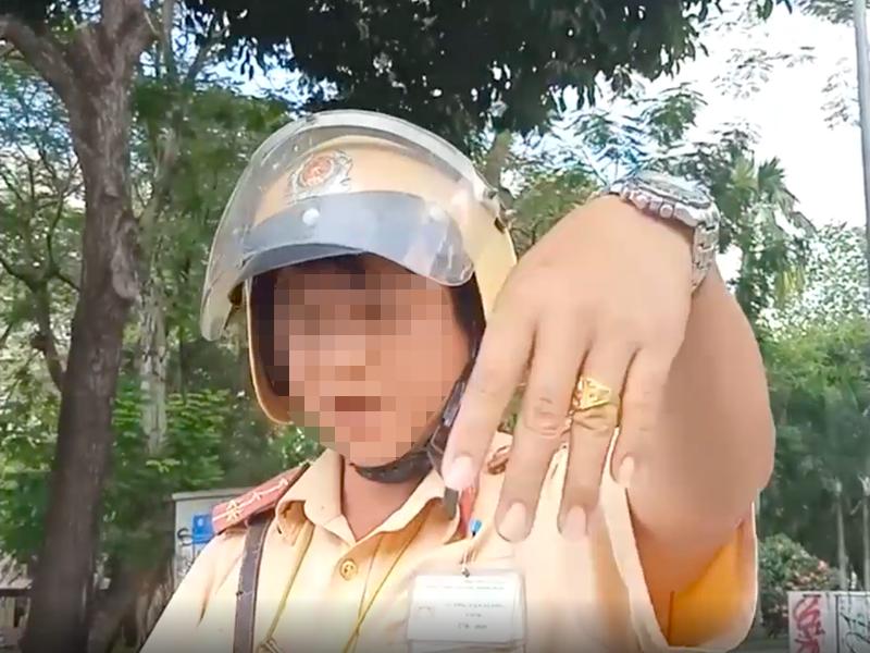 Danh tinh CSGT chui tuc bi nguoi vi pham quay clip o Sai Gon