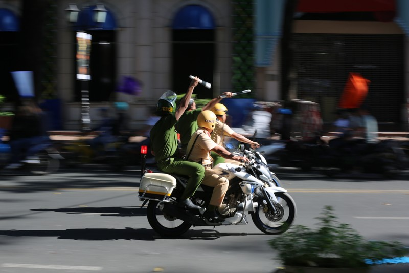 Toan canh buoi dien tap cua cong an TPHCM chong khung bo va bat giu con tin-Hinh-3