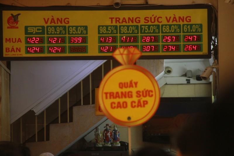 Gia vang tang ki luc, nhieu cua hang o Sai Gon vang khach, e am-Hinh-6