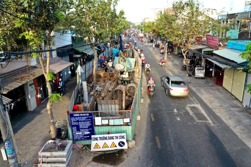 Hang tram lo cot 'dap chieu' tren duong pho Sai Gon ngay can Tet-Hinh-2