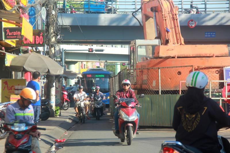 Hang tram lo cot 'dap chieu' tren duong pho Sai Gon ngay can Tet-Hinh-3