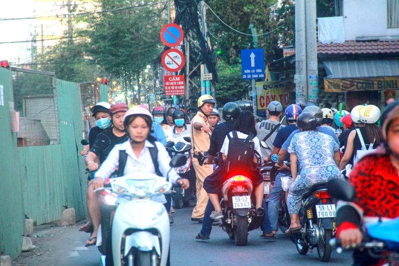 Hang tram lo cot 'dap chieu' tren duong pho Sai Gon ngay can Tet-Hinh-8
