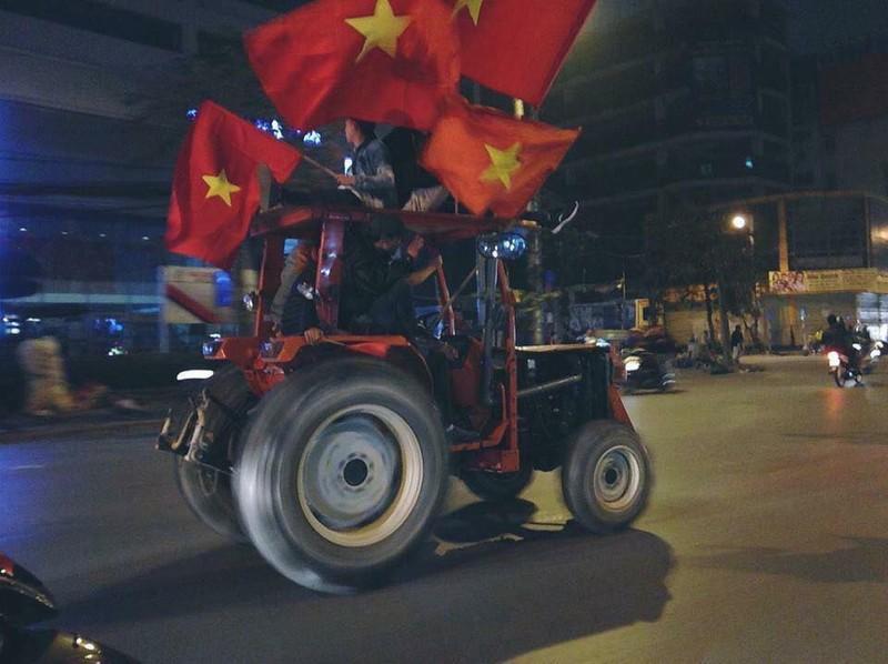 Anh: Nhung kieu an mung co 1-0-2 sau chien thang cua Olympic Viet Nam-Hinh-10