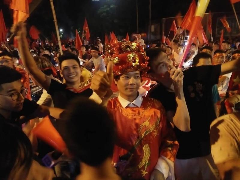 Anh: Nhung kieu an mung co 1-0-2 sau chien thang cua Olympic Viet Nam-Hinh-3