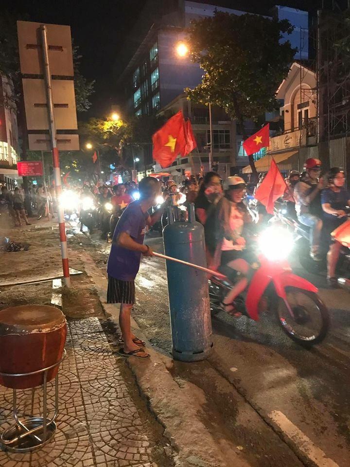 Anh: Nhung kieu an mung co 1-0-2 sau chien thang cua Olympic Viet Nam-Hinh-7