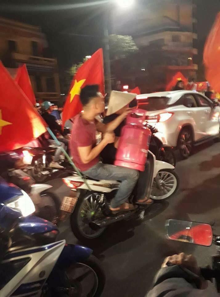 Anh: Nhung kieu an mung co 1-0-2 sau chien thang cua Olympic Viet Nam-Hinh-8