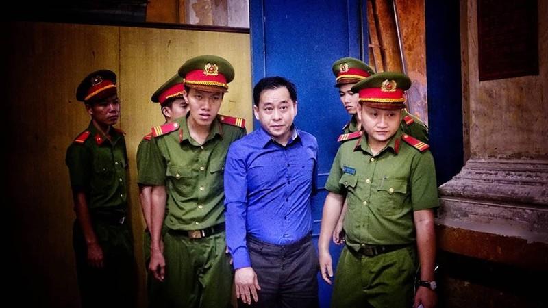 """Vu """"nhom"""" dung 14 trieu USD lam """"viec rieng"""", khong dam cong khai tai toa"""