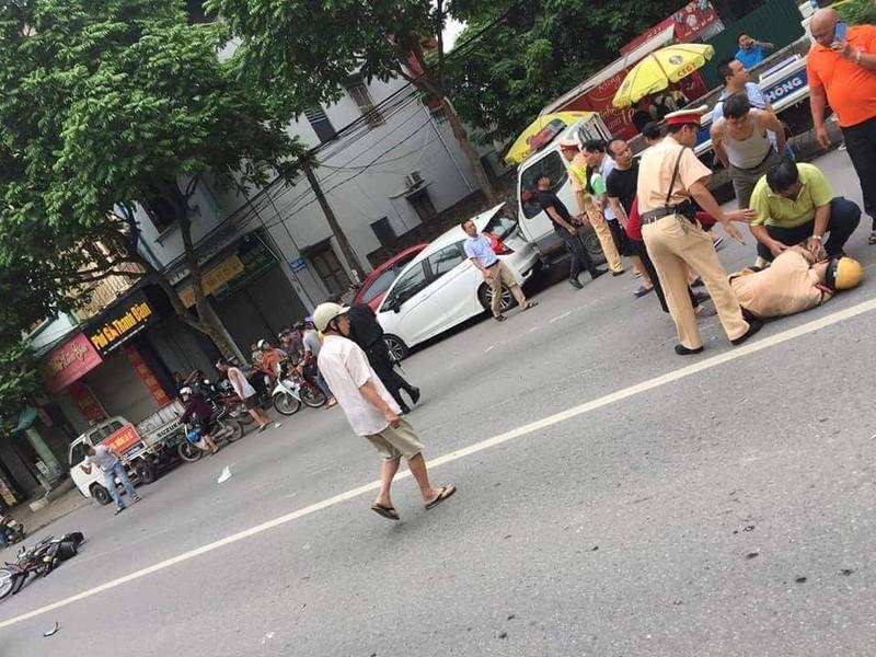 Thanh nien xam tro dam CSGT guc tren duong