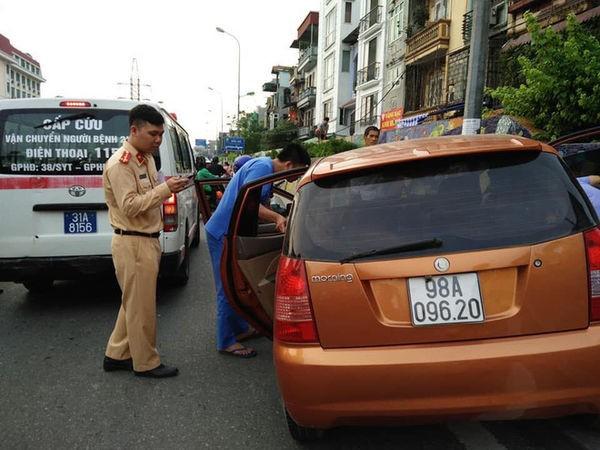 Nguyen nhan o to lao len via he 2 thanh nien nam bat dong trong xe-Hinh-2