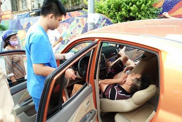 Nguyen nhan o to lao len via he 2 thanh nien nam bat dong trong xe-Hinh-3