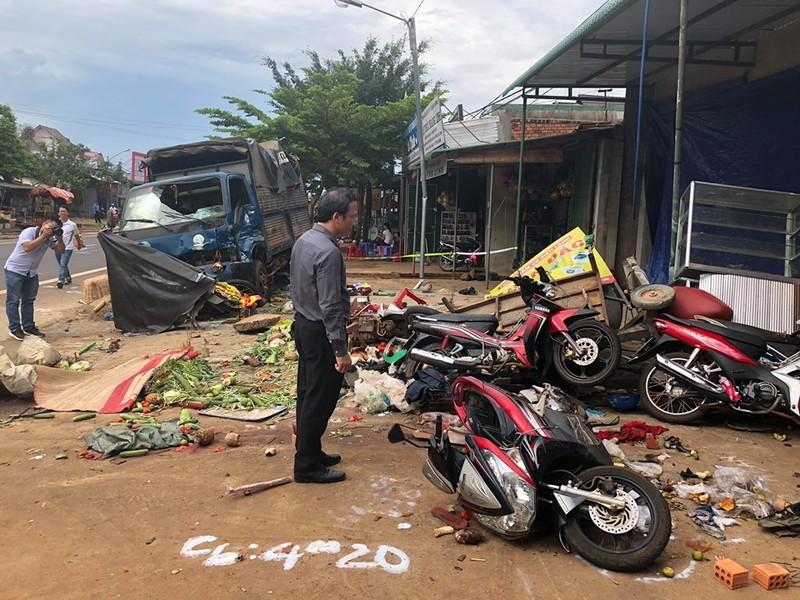 Xe tai lao vao cho o Dak Nong: