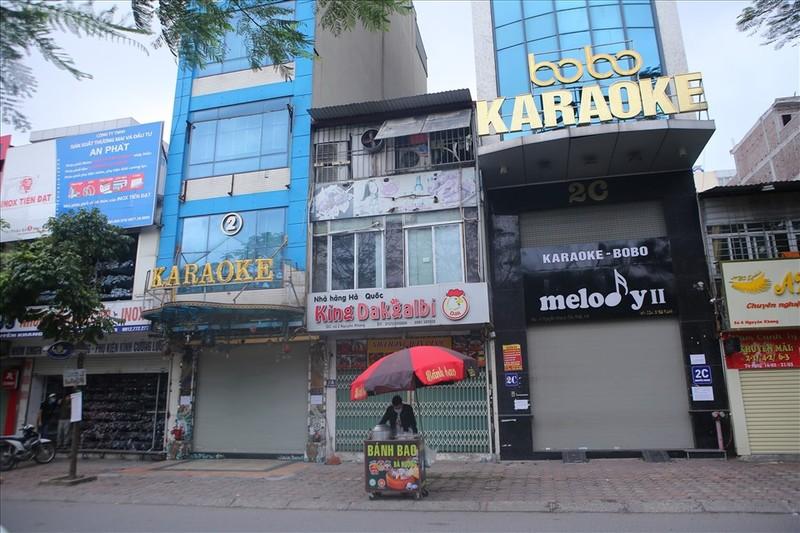 COVID-19: Ha Noi cam karaoke, vu truong, quan bar, game tu dem nay
