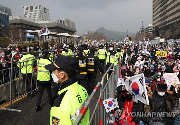 Han Quoc: So ca nhiem COVID-19 da len toi 433, Seoul han che tu tap