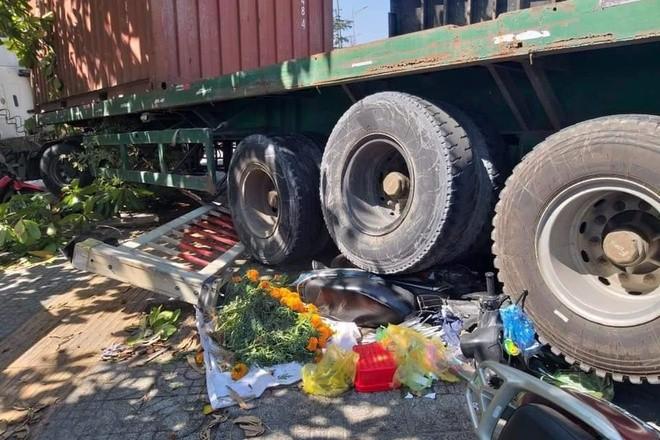 Xe dau keo container huc vang 5 xe may, nhieu nguoi thoat chet