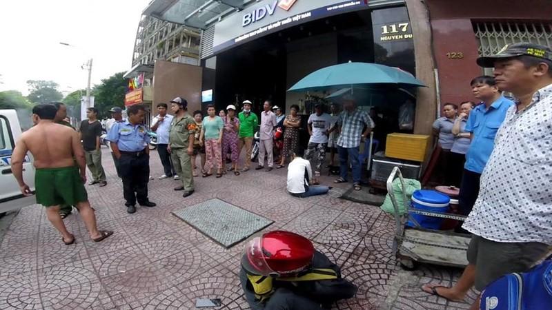Video: Danh tinh ke giat dien thoai canh sat hinh su no sung bat giu