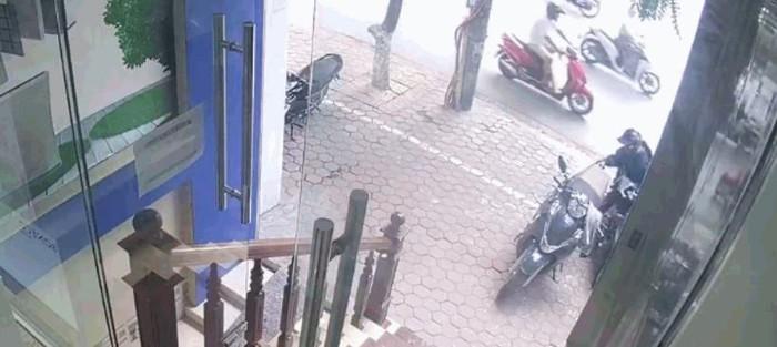 Video: Khoanh khac 'nu dao chich' mo cop xe may trom tui xach chi trong tich tac o Ha Noi khien nhieu nguoi bang hoang